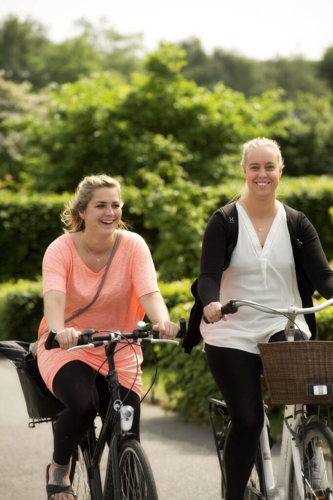 To kvinder der cykler